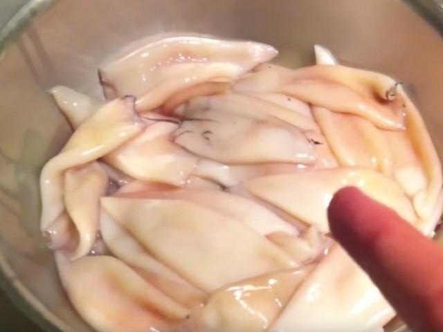 Chipirones o calamares rellenos en su tinta.