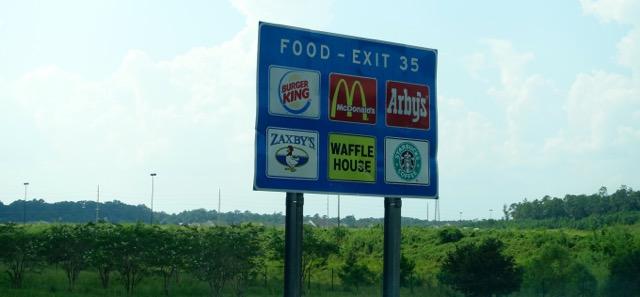 Carteles en las autopistas informan sobre los restaurantes que hay en la próxima salida.