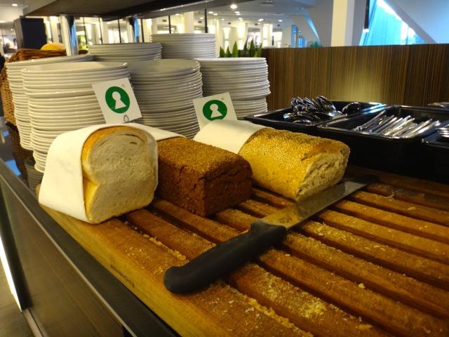 Varios tipos de panes caseros al gusto.
