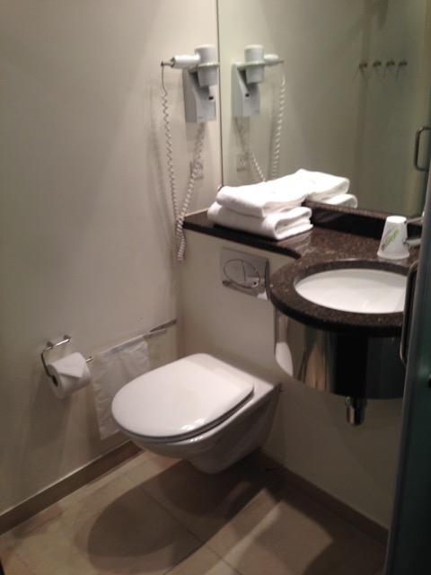 El baño de cabina, cerrado, moderno y limpio.