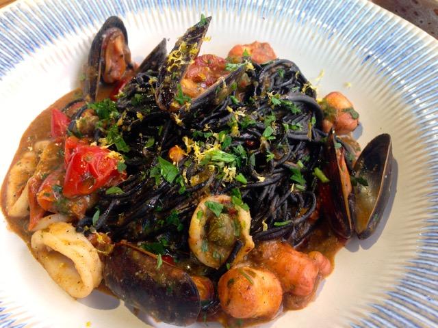 Pasta con tinta de calamar y frutos del mar en Jamie Oliver